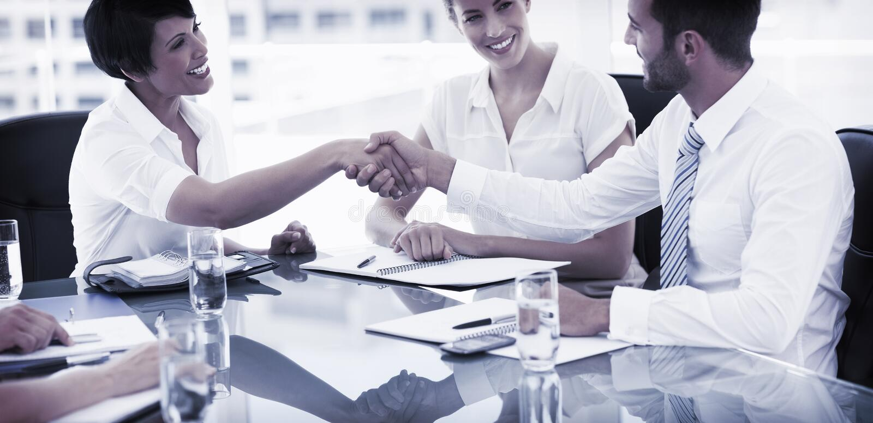 Führungskräfte, die Hände nach einem Geschäftstreffen rütteln stockfoto