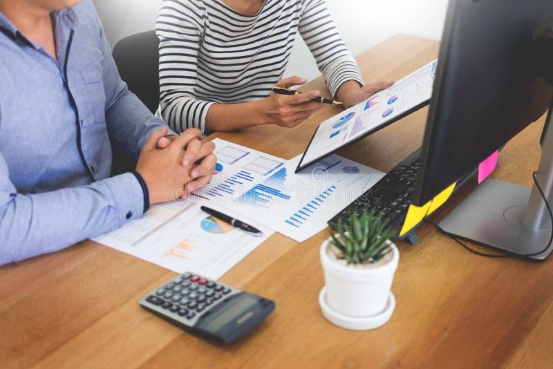 Führungskräftegeschäfts-Teamdesigner, der zusammen mit neuem Startprojekt mit Tabletten-PC und -laptop im modernen Büro arbeitet stockfoto