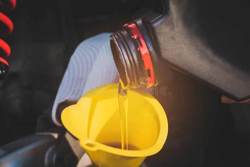 Fülleöl zur Maschine, nachdem Motorrad gefahren worden ist Selektiver Fokus stockfotos