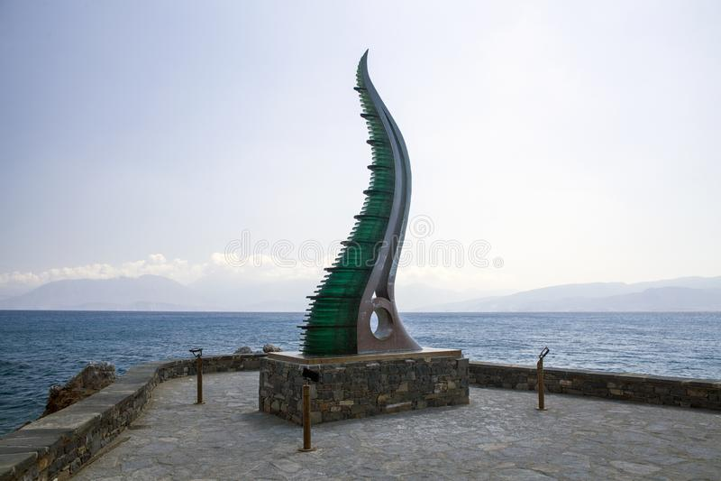 Fülle-Statue, Horn von Amalthea am Wasser umranden, Agios Nikolaos, Kreta lizenzfreie stockfotografie
