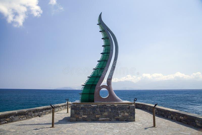 Fülle-Statue, Horn von Amalthea am Wasser umranden, Agios Nikolaos, Kreta stockbild