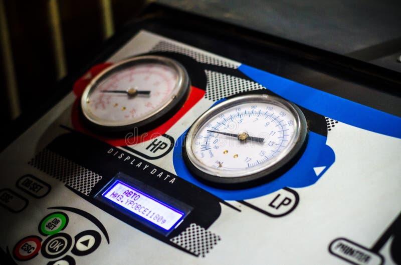 Füllen der Autoklimaanlagenausrüstung stockfotografie