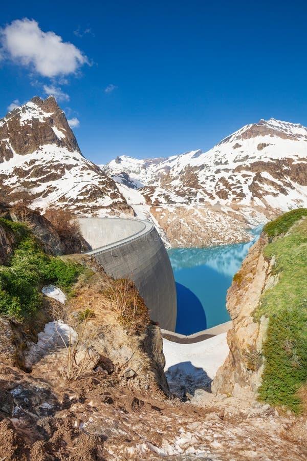Füllen der Verdammung mit Wasser am Frühling lizenzfreies stockfoto
