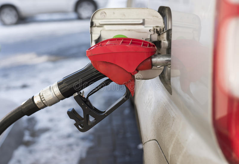 Füllen des Autos mit Benzin lizenzfreies stockfoto