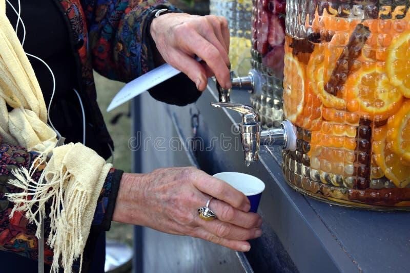 Füllen eines Glases Wassers vom Hahn lizenzfreie stockbilder