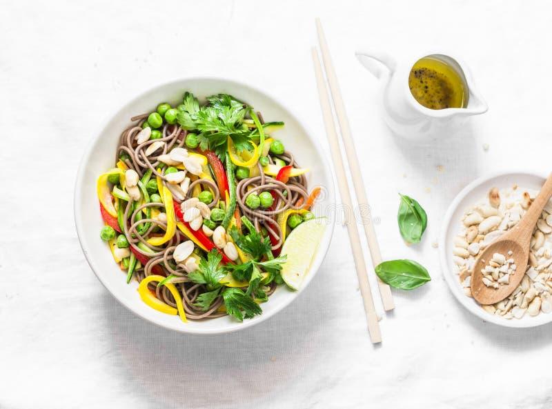Füllen Sie thailändische Gemüse soba Nudeln auf hellem Hintergrund, Draufsicht auf Gesunde vegetarische Nahrung lizenzfreies stockbild