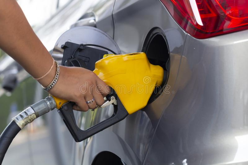 Füllende Düsen der Öltanksäule im Tankstelleservice stockfoto