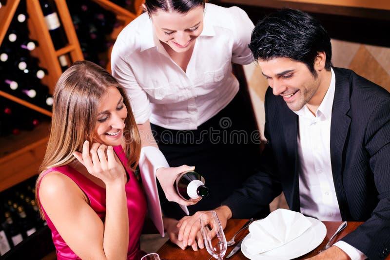Füllende Gläser der Kellnerin mit Champagner stockbilder