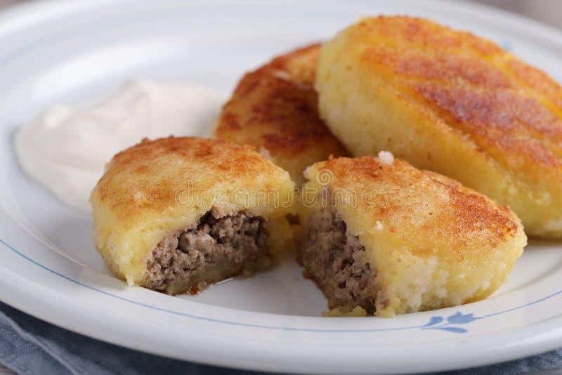 Füllende Pastetchen des Kartoffelfleisches mit Sahne lizenzfreie stockfotografie