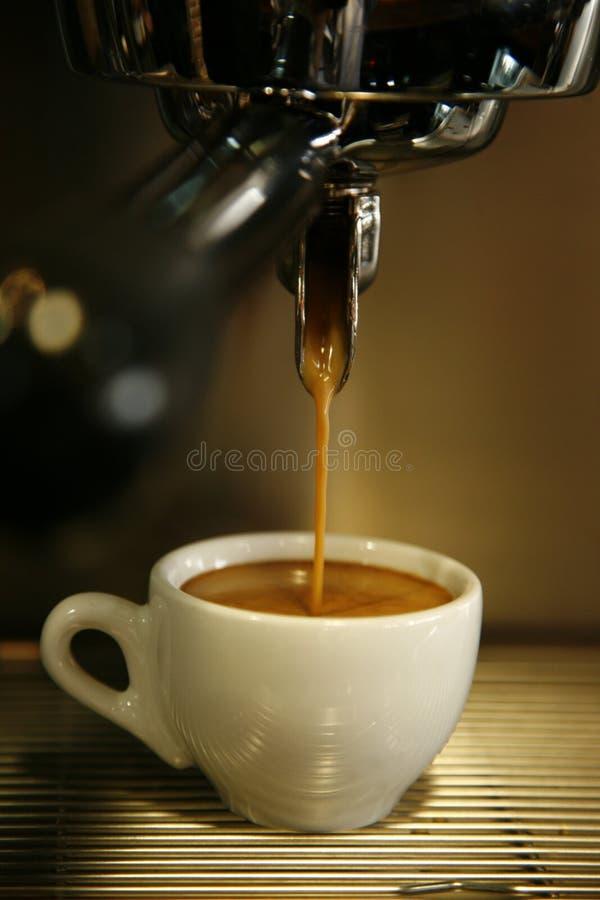 Füllendes Cup der Kaffeemaschine lizenzfreies stockbild