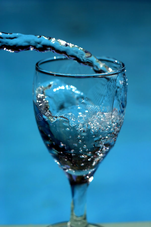 Füllendes Glas des Wassers lizenzfreies stockbild