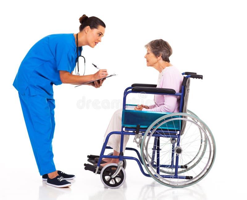 Füllendes medizinisches Formular stockfotografie
