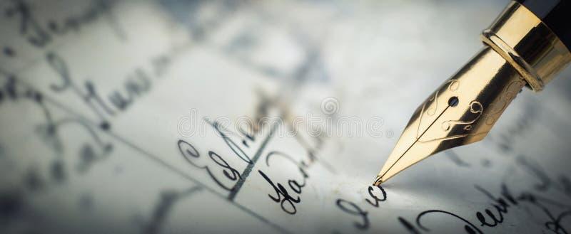 Füllfederhalter auf einem handgeschriebenen Buchstaben der Weinlese Altes Geschichte-backg lizenzfreies stockfoto