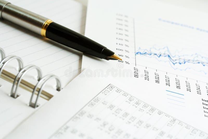Füllfederhalter und Finanzreports. lizenzfreie stockfotos