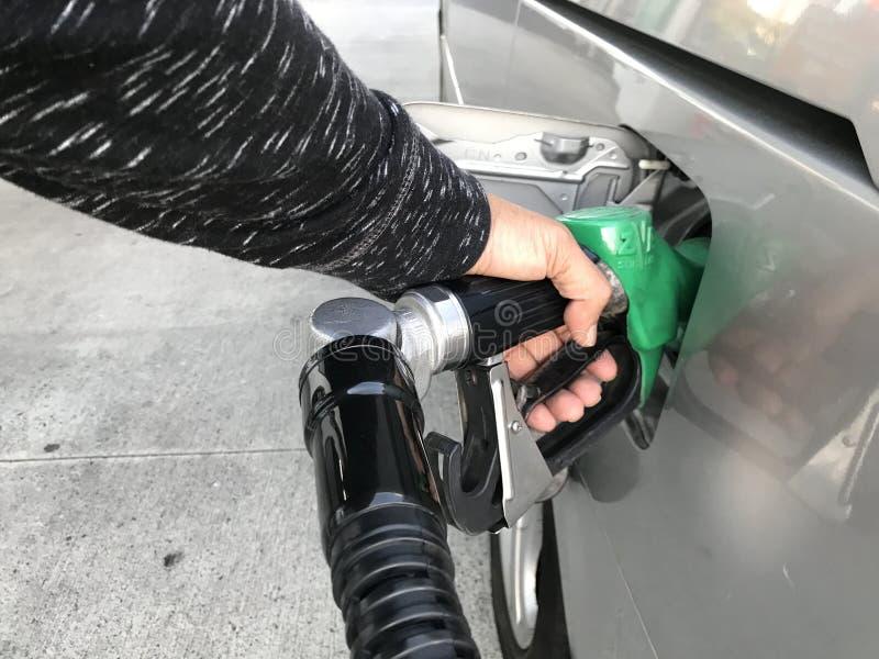 Füllgas an der Pumpe lizenzfreie stockfotos