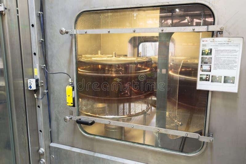 Füllmaschine, die in einer Brauerei arbeitet stockfoto