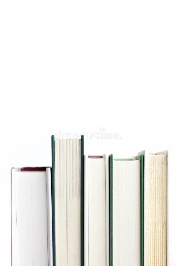 Fünf Bücher in einer Reihe lizenzfreie stockfotos