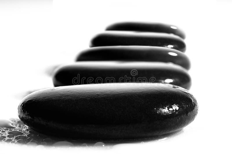 Fünf Badekurortsteine auf Weiß stockfoto