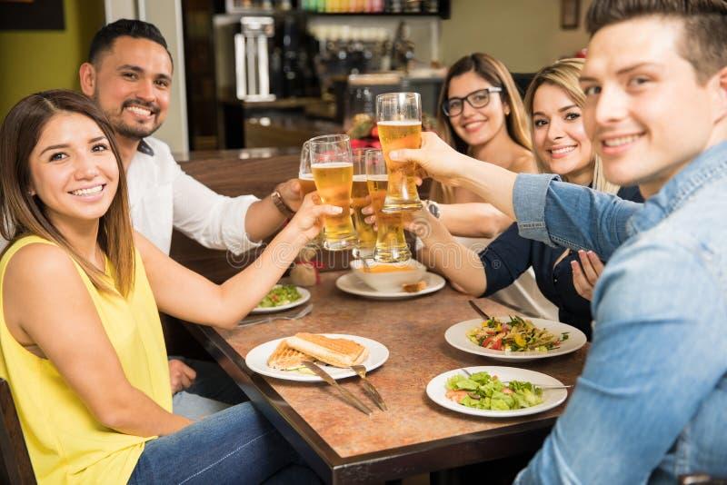 Fünf Freunde, die einen Toast mit Bier machen lizenzfreie stockfotografie
