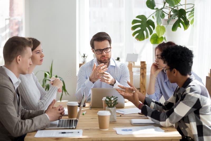 Fünf gemischtrassige Geschäftsleute, die im Büroraum arbeiten lizenzfreie stockfotos