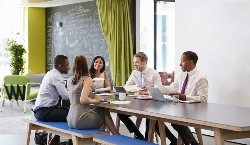 Fünf Geschäftskollegen in einer informellen Sitzung bei der Arbeit lizenzfreie stockbilder