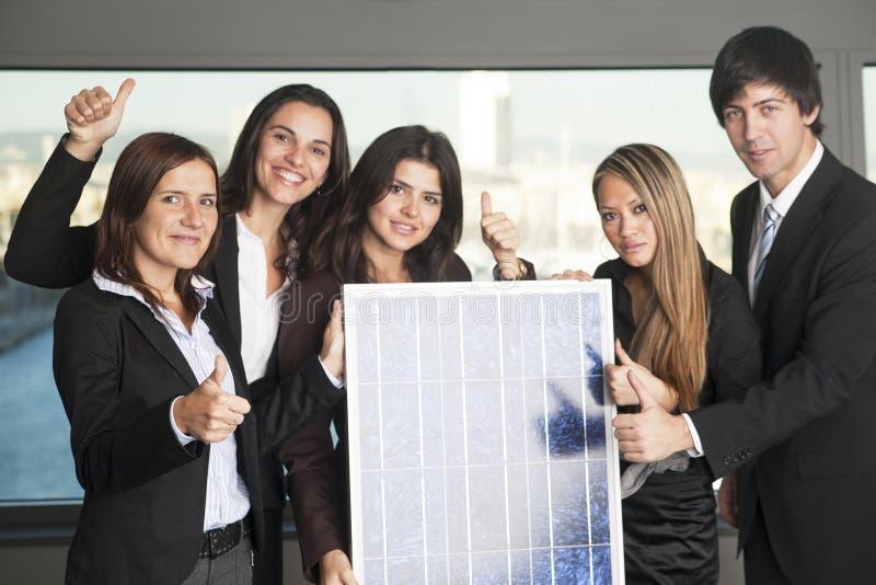 Fünf Geschäftsleute Verkaufssonnenenergie stockbilder