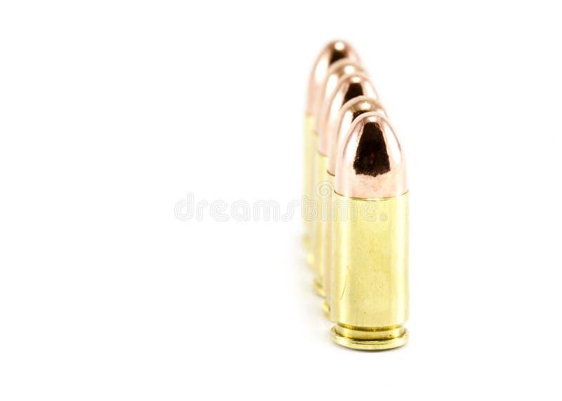 Fünf glänzende 9mm Gewehrkugeln ausgerichtet lizenzfreie stockfotos