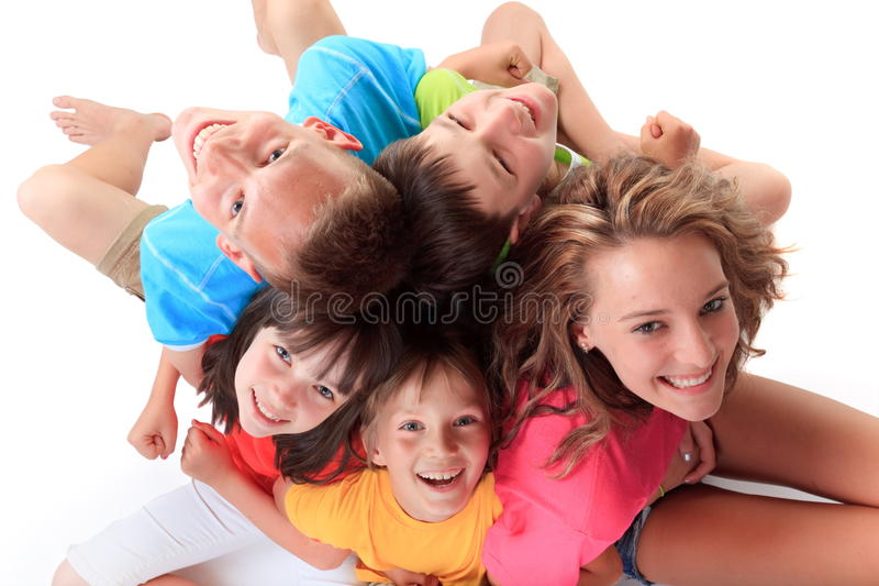 Fünf glückliche Kinder lizenzfreie stockfotografie