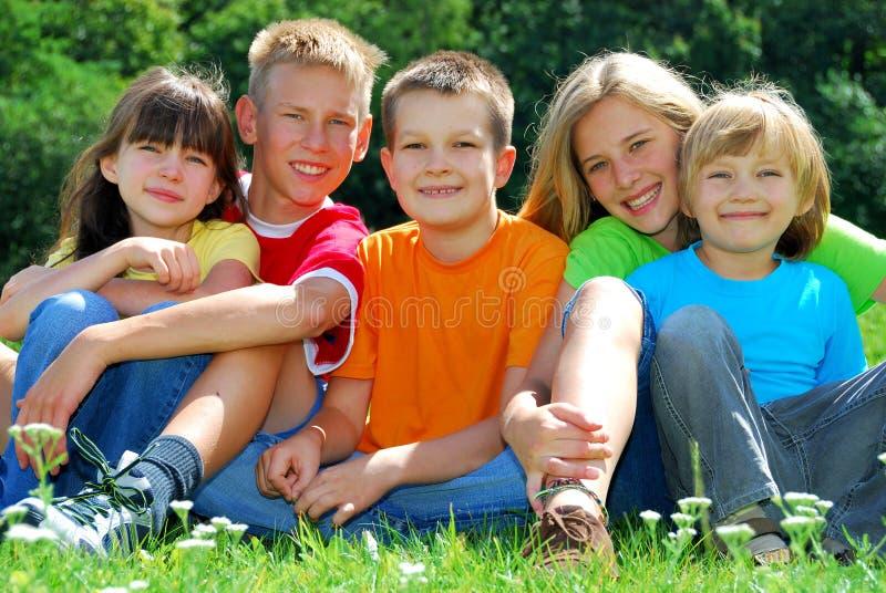 Fünf glückliche Kinder lizenzfreie stockbilder
