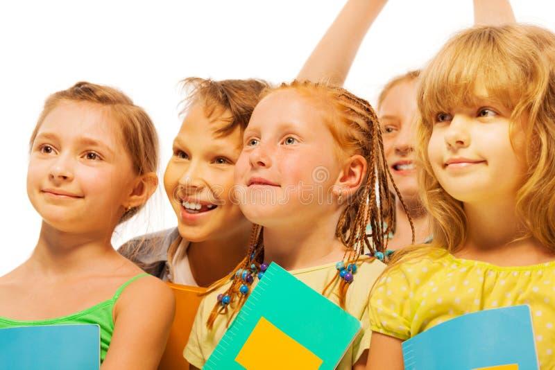 Fünf glückliche Kinder mit Lächelnporträt stockfotos