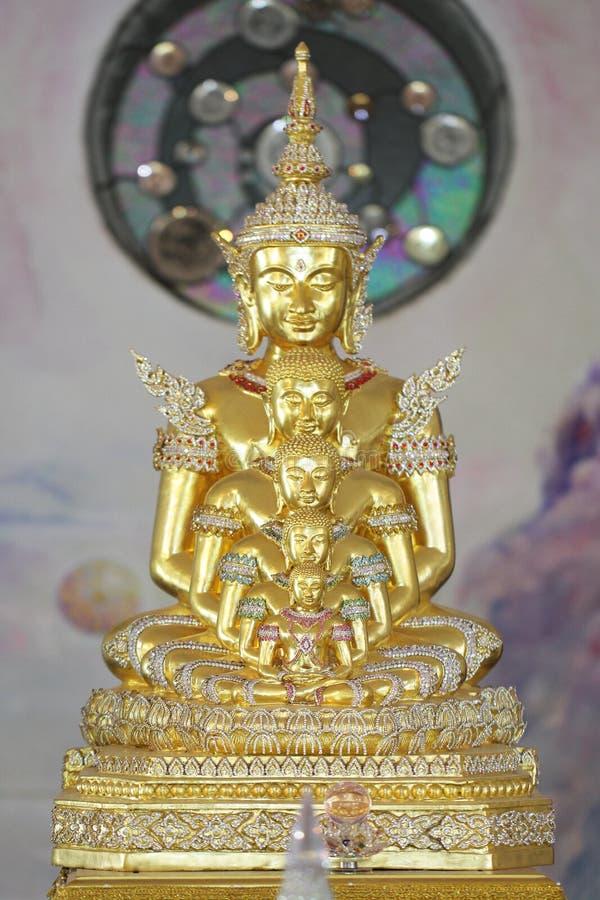 Fünf goldene Buddha-Statuen wohle Ausrichtung sitzend und mit feinem attraktivem Spiegel des Schmucks und des Goldes verziert lizenzfreie stockfotografie