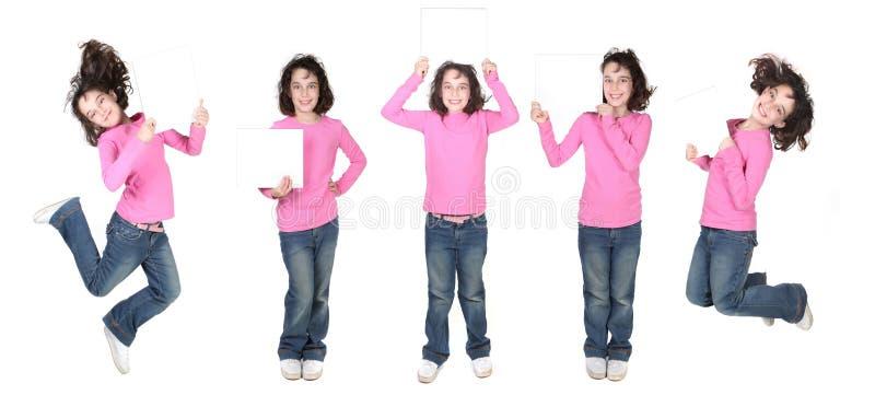 Fünf Haltungen eines Kindes, das ein unbelegtes Zeichen anhält stockbild