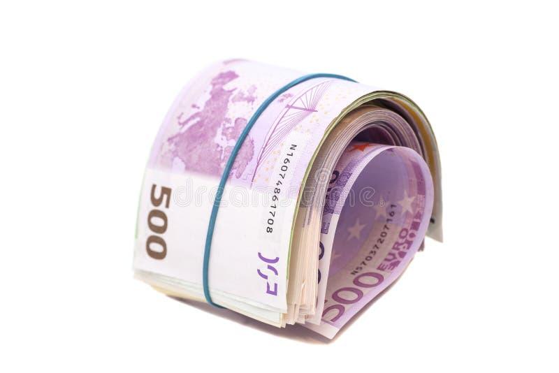 Fünf Hundertstel Eurobanknoten unter Gummiband lizenzfreie stockbilder