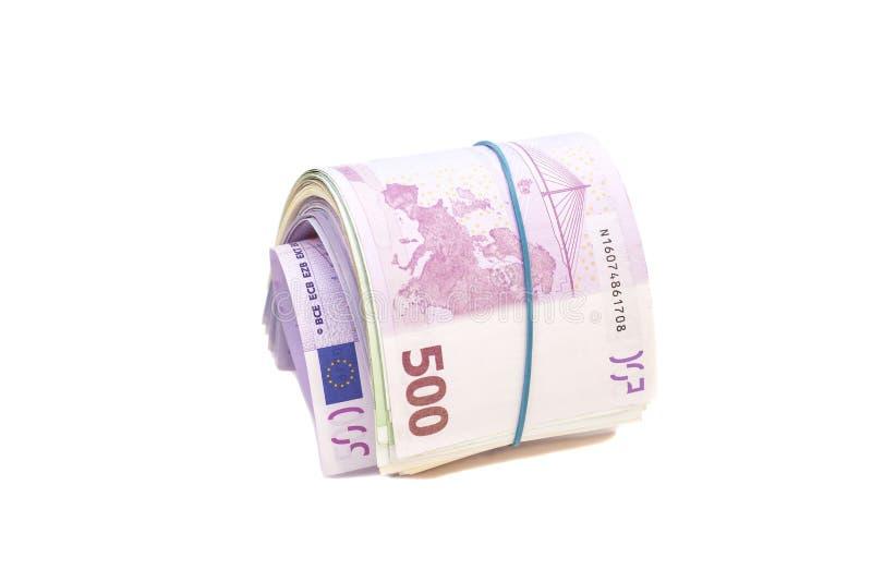 Fünf Hundertstel Eurobanknoten unter Gummiband stockbilder