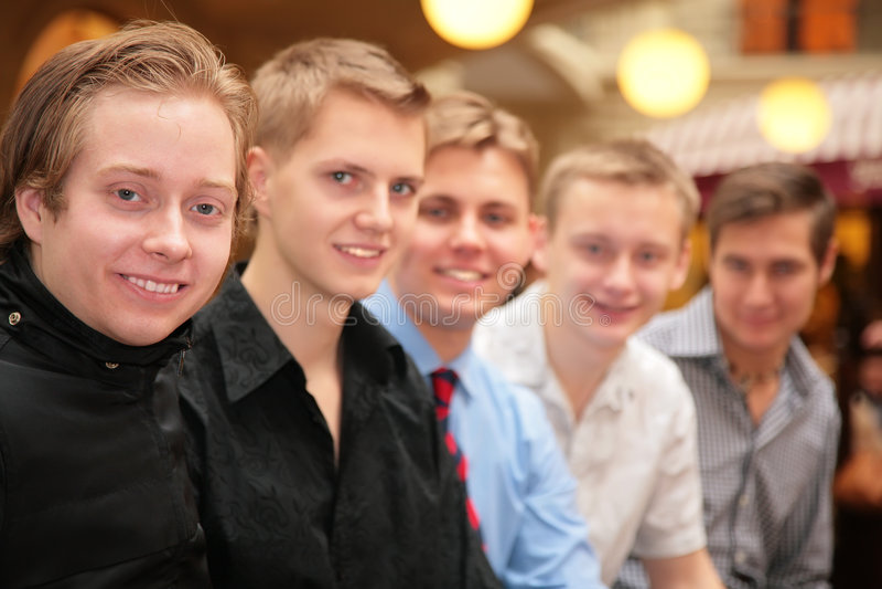 Fünf junge Männer Innen lizenzfreie stockfotos