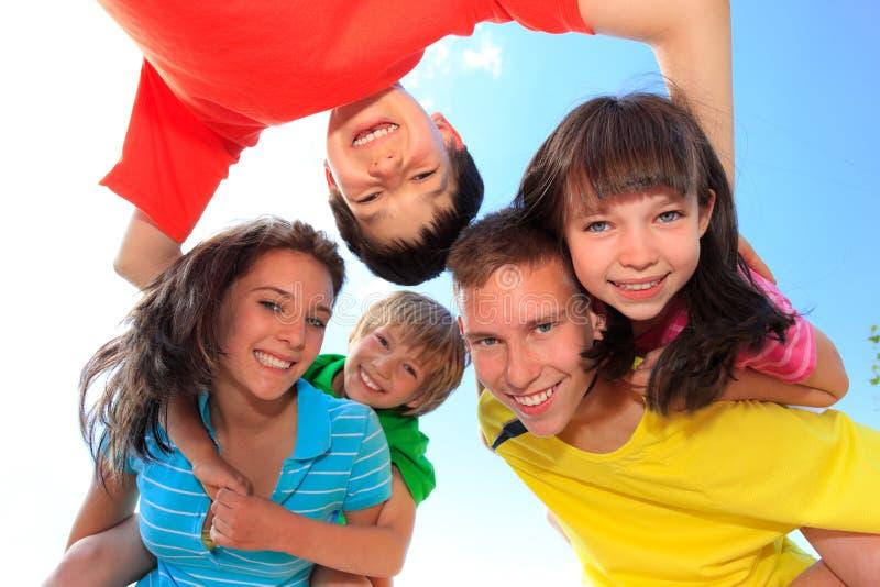 Fünf Kinder, die unten schauen stockfoto