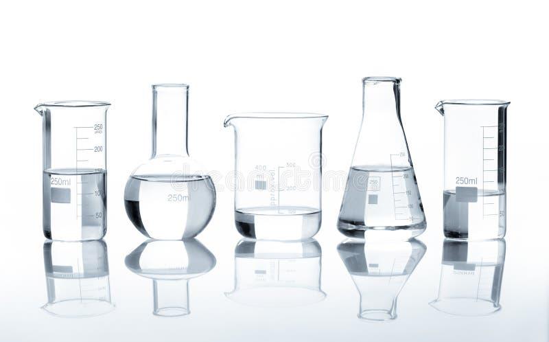 Fünf Laborflaschen mit einer freien Flüssigkeit lizenzfreies stockfoto
