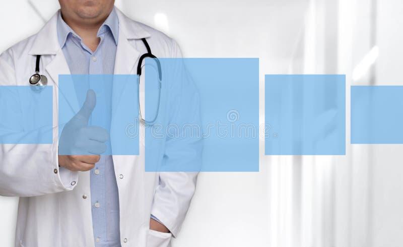 Fünf leere Kästen Konzept und Doktor mit den Daumen oben lizenzfreies stockbild