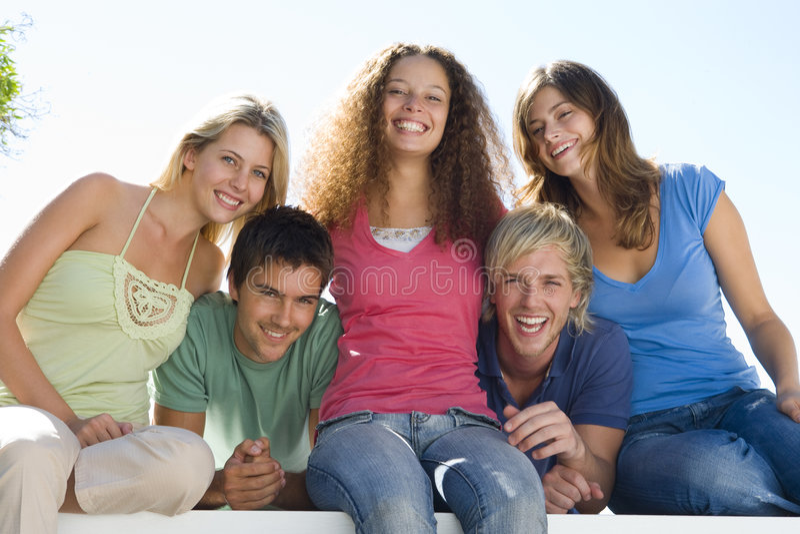 Fünf Leute auf dem Balkonlächeln lizenzfreies stockbild