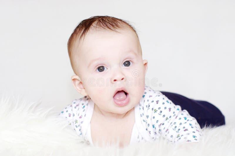Fünf-Monate überraschten Baby stockbilder