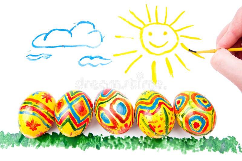 Fünf Ostereier auf Gras, Sonne im Himmel lizenzfreies stockbild