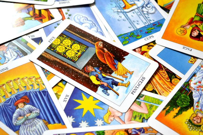 Fünf Pentacles-Tarock-Karten-Finanz- oder materieller Verlustdes finanzbelastungen Verlust-Mangels lizenzfreie stockbilder