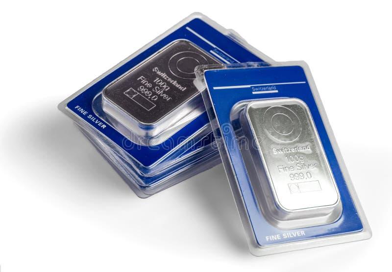 Fünf prägten Silberbarren in der Blisterpackung Auf einem weißen Hintergrund lizenzfreie stockfotos