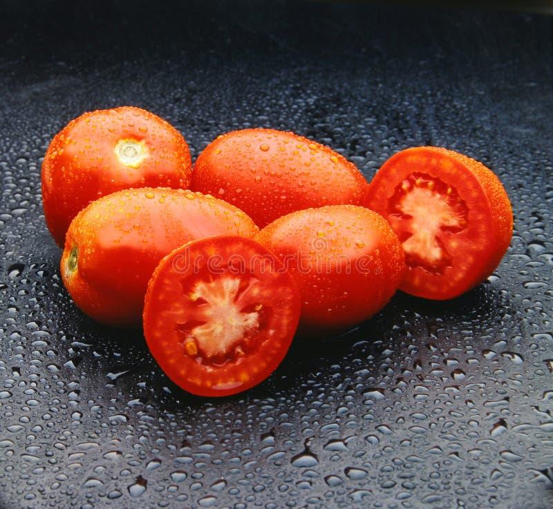 Fünf rote Tomaten lizenzfreie stockbilder