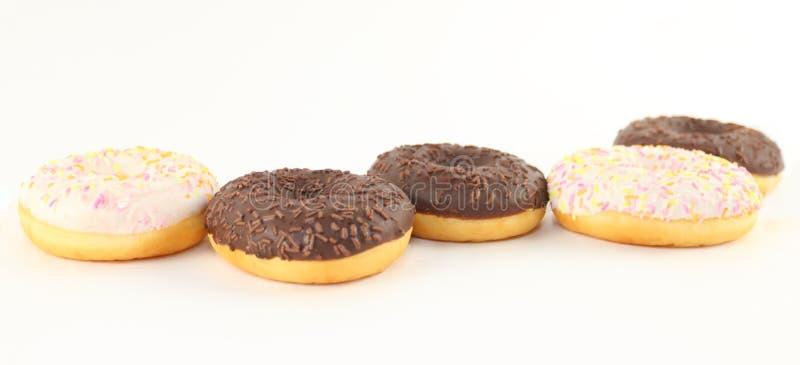 Fünf süße Weiß- und Schokoladenschaumgummiringe stockbilder