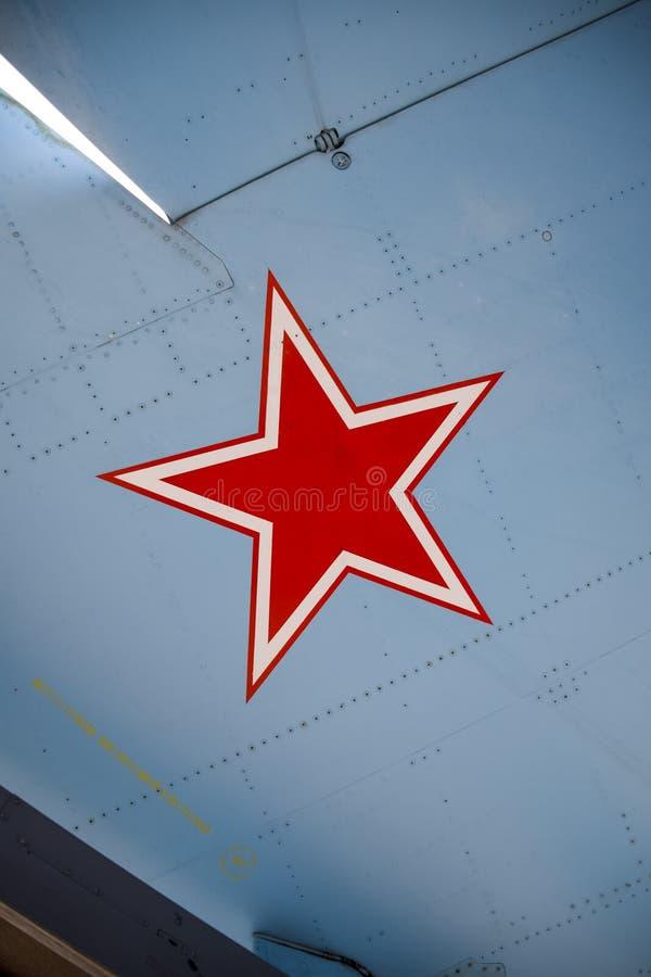 Fünf-spitzer roter Stern auf der Flügelhaut eines Militärkämpfers stockfotos