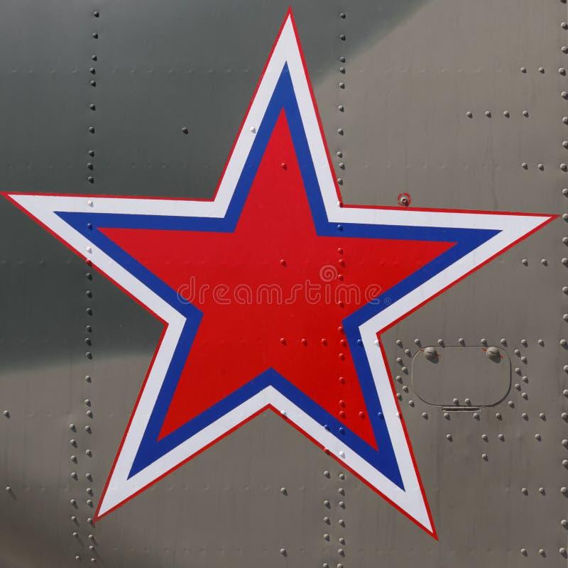 Fünf-spitzer Stern als Emblem der modernen russischen Armee an Bord eines Militärhubschraubers stockbilder