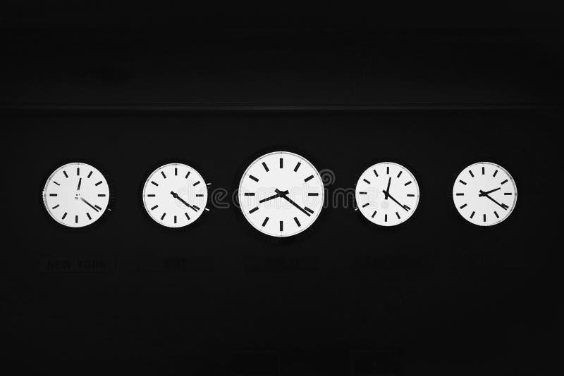 Fünf Uhren von verschiedenen Zeiten stockbild