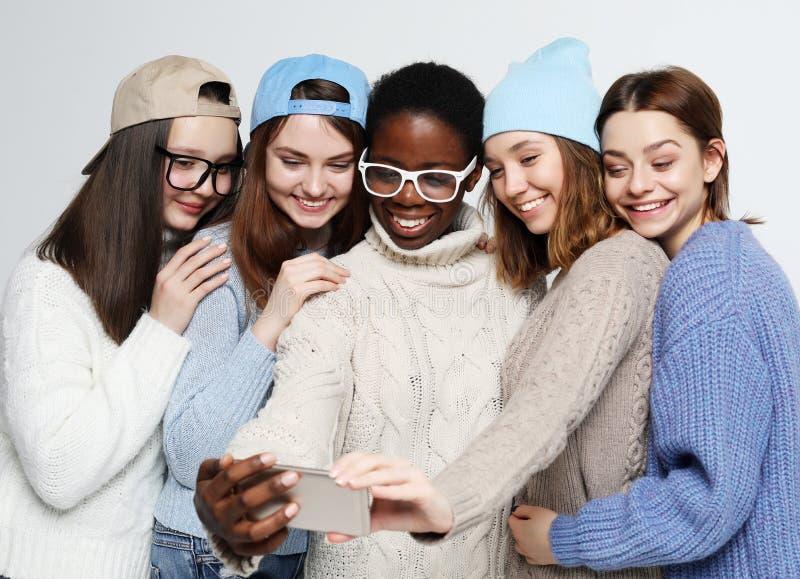 fünf verschiedene Nationsmädchen gekleidet in der Freizeitkleidung, selfie zu machen stockfoto