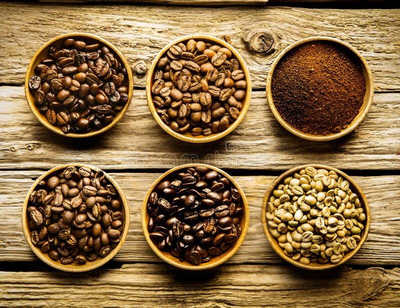 Fünf Vielzahl von Kaffeebohnen und Pulver lizenzfreie stockfotos